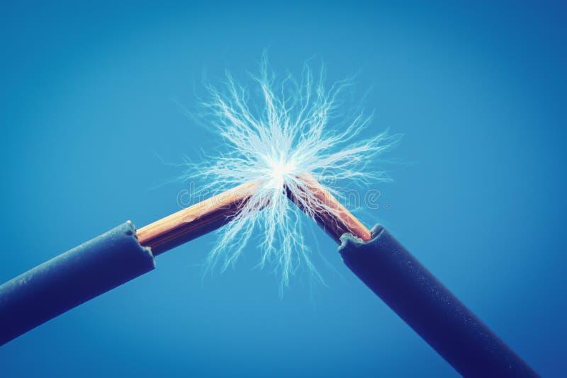 Gnistor för elektriska trådar stänger sig upp arkivbild