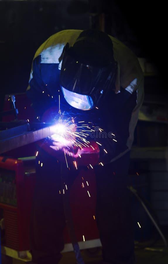 Gnistor under svetsning på produktionsprocessen i halvautomatisk svetsning av metall i skyddande gaser för argon fotografering för bildbyråer