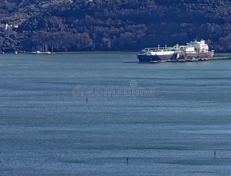 GNL de bateau-citerne de gaz - bateau de transporteur conçu pour transporter naturel photos libres de droits