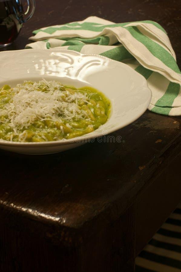 Gnoccheeti sardi con crema di broccoli immagini stock libere da diritti