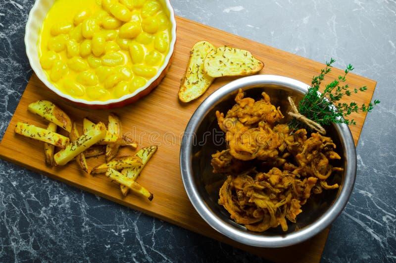 Gnocchi κάρρυ με τα bhajjis και την ψημένη πατάτα στοκ εικόνα με δικαίωμα ελεύθερης χρήσης