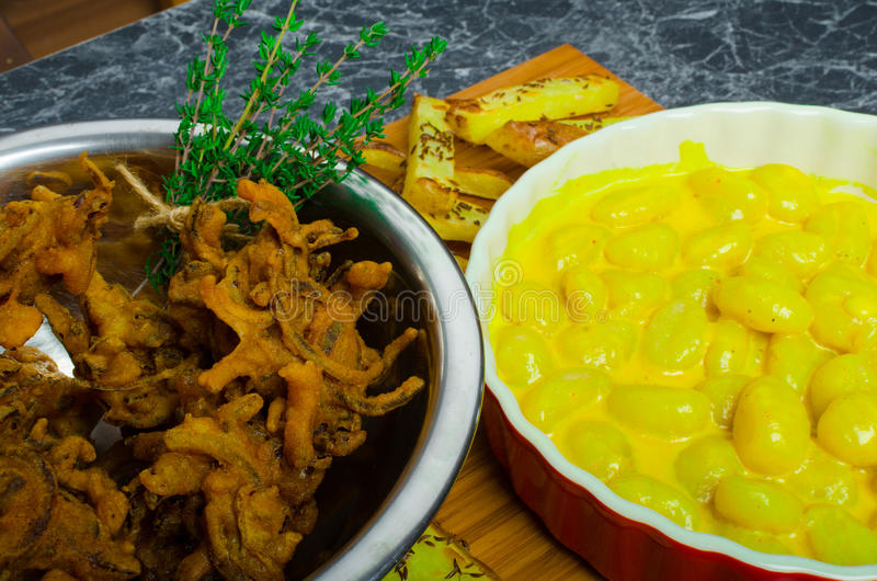 Gnocchi κάρρυ με τα bhajjis και την ψημένη πατάτα στοκ φωτογραφία