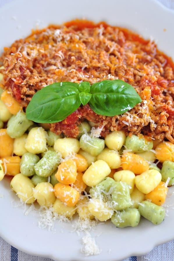 Gnocchi avec de la sauce bolonaise photographie stock