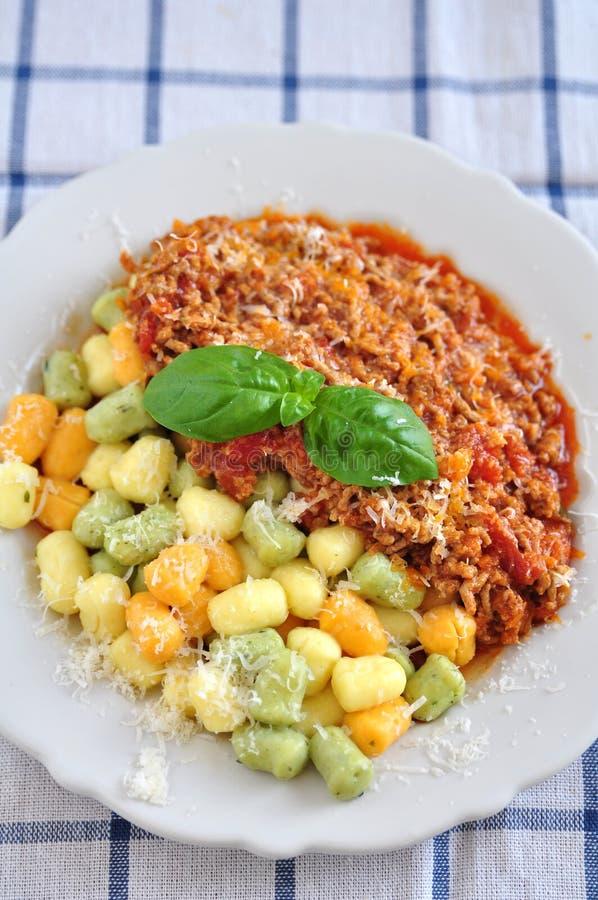 Gnocchi avec de la sauce bolonaise image stock