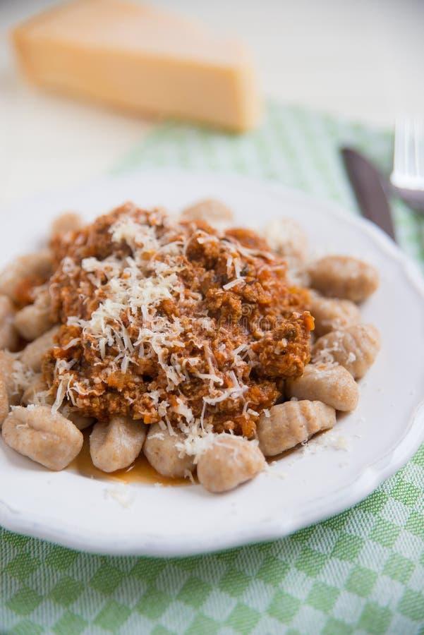 Gnocchi avec de la sauce bolonaise images libres de droits