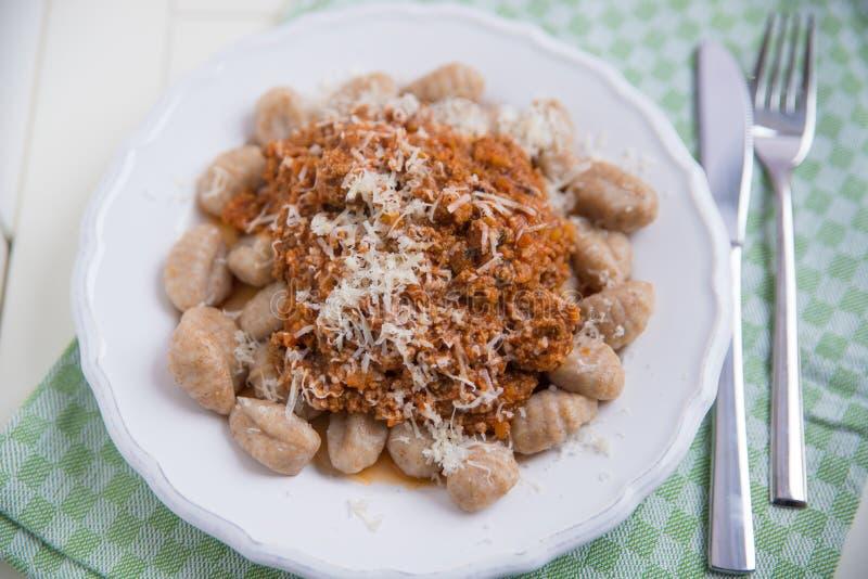 Gnocchi avec de la sauce bolonaise photo libre de droits