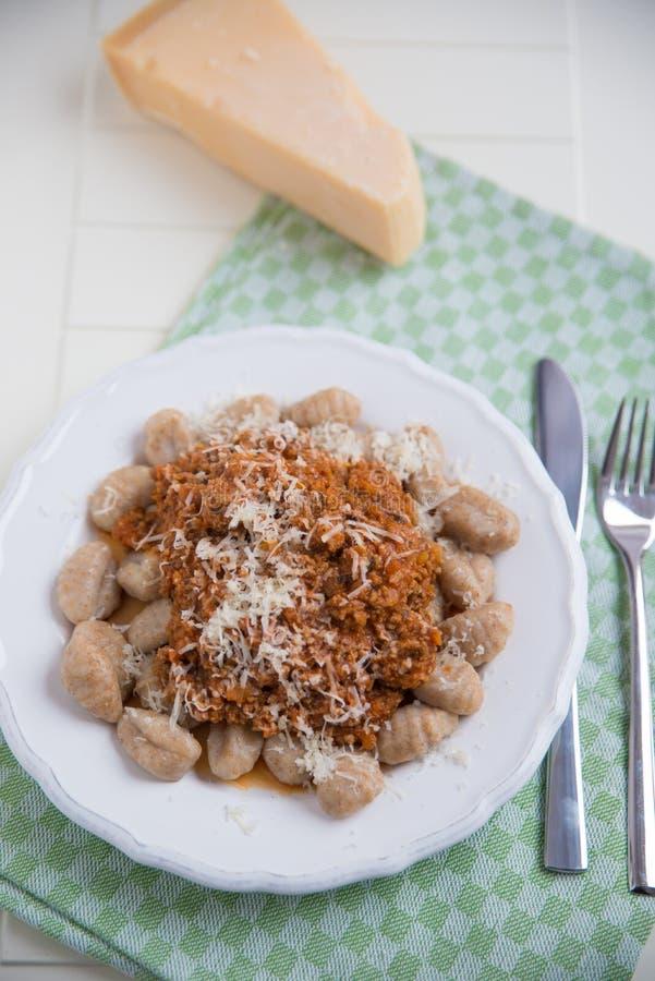 Gnocchi avec de la sauce bolonaise photo stock