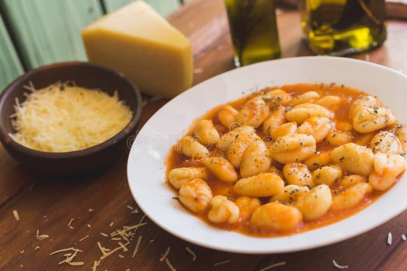 Gnocchi Bolonais, fromage et huile d'olive sur une table rustique photos stock