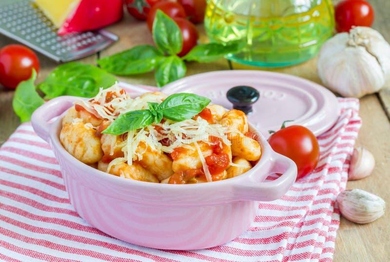 Gnocchi casalinghi della patata con sugo al pomodoro e basilico fotografie stock libere da diritti