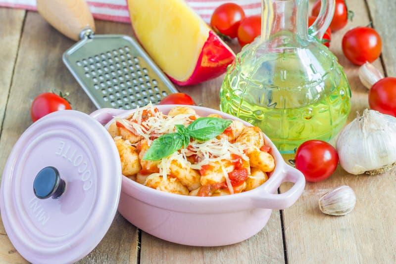 Gnocchi casalinghi della patata con sugo al pomodoro e basilico fotografie stock
