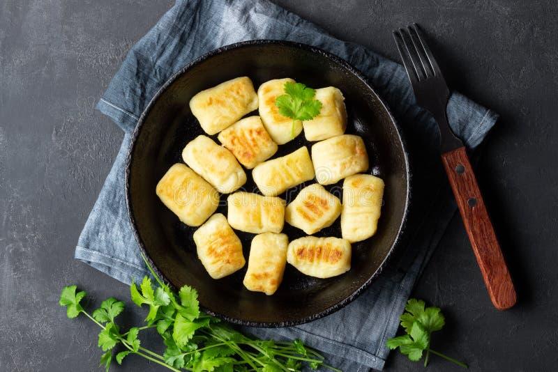 Gnocchi casalinghi della patata Disposizione piana immagini stock