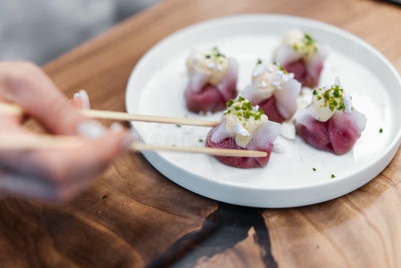 Gnocchi cinesi e coreani sul piatto bianco decorato con il pistacchio fotografia stock libera da diritti