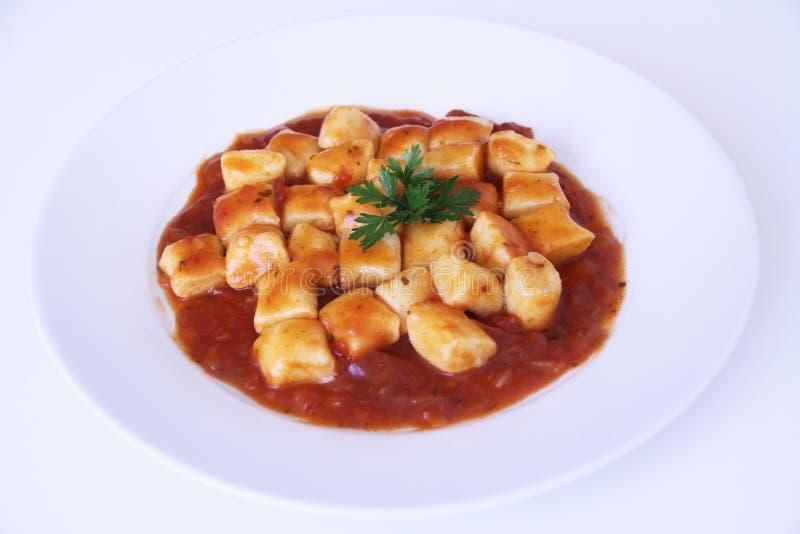 gnocchi con el sao blanco aislado salsa Paulo Brazil del fondo del tomatoe fotos de archivo