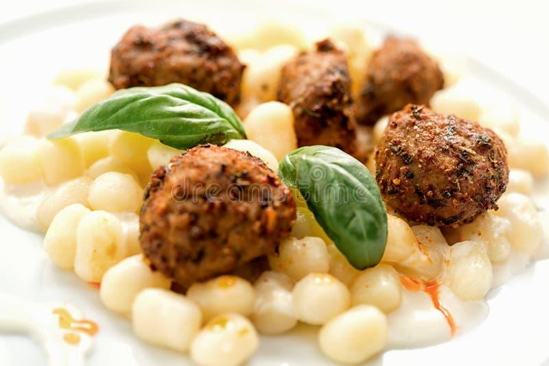 Gnocchi con la salsa ed il formaggio della carne immagini stock