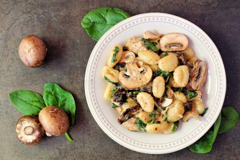 Gnocchi con salsa di funghi, spinaci fotografia stock libera da diritti