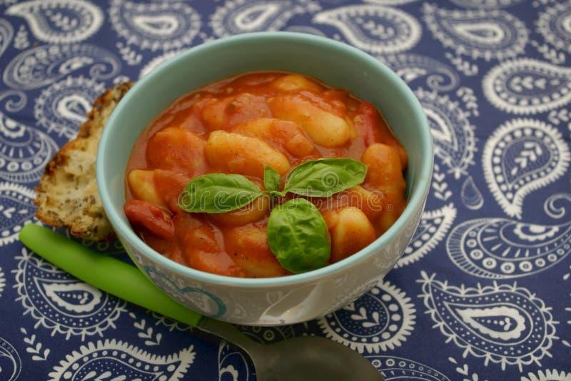 Gnocchi con una salsa dei pomodori immagini stock