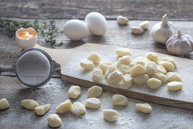Gnocchi cru da batata com ingredientes fotografia de stock