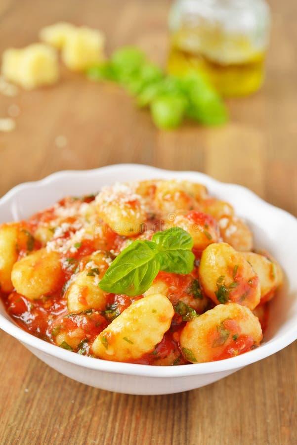 Gnocchi de la patata con la salsa de tomate foto de archivo libre de regalías