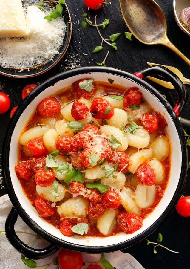 Gnocchi de la patata con la salsa de tomate de cereza imagen de archivo