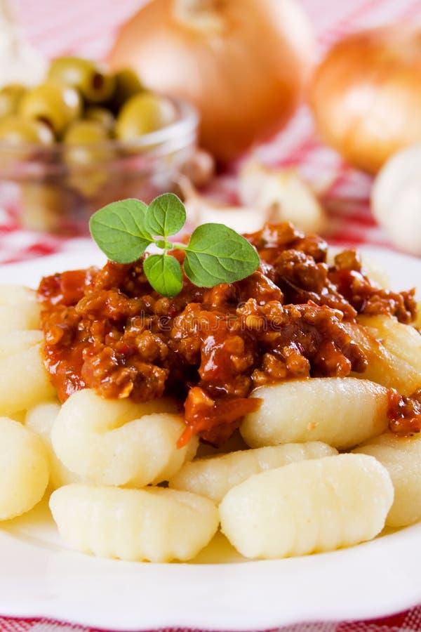 Gnocchi di patata avec de la sauce Bolonais images stock