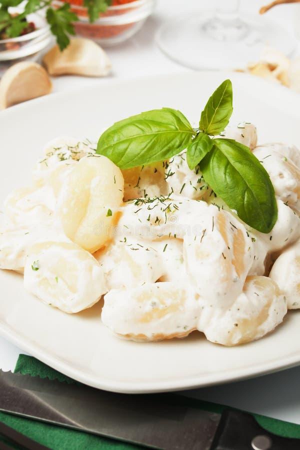 Gnocchi di patata con la salsa di formaggio e di basilico immagini stock libere da diritti