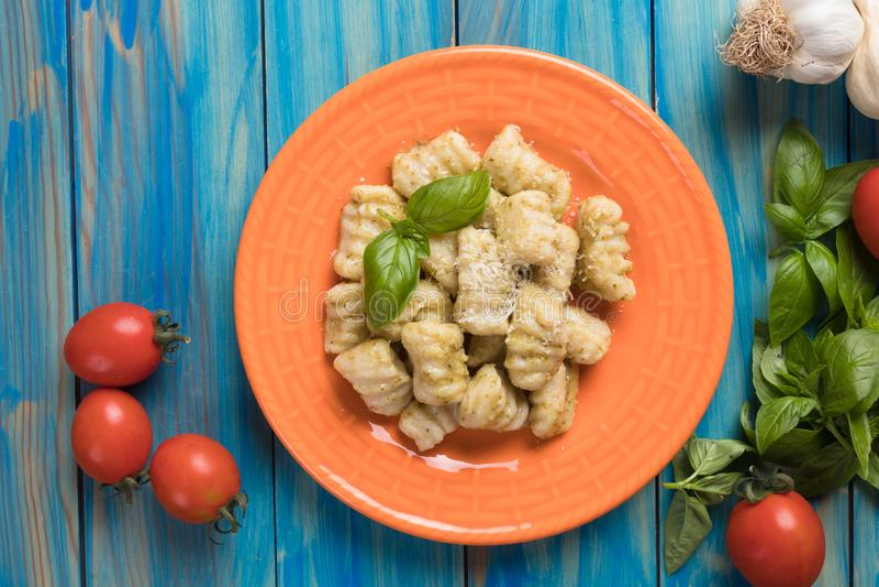 Gnocchi di patata, tallarines italianos de la patata imágenes de archivo libres de regalías