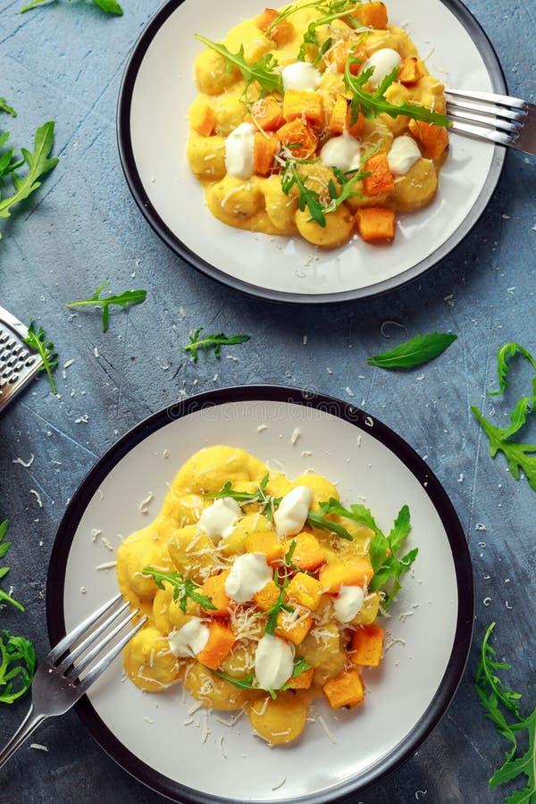 Gnocchi fait maison de courge de Butternut avec la fusée et le parmesan sauvages, fromage de ricotta photos stock