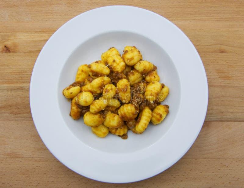 Gnocchi fait maison de pomme de terre avec le ragu bolonais de sauce d'un plat blanc image stock