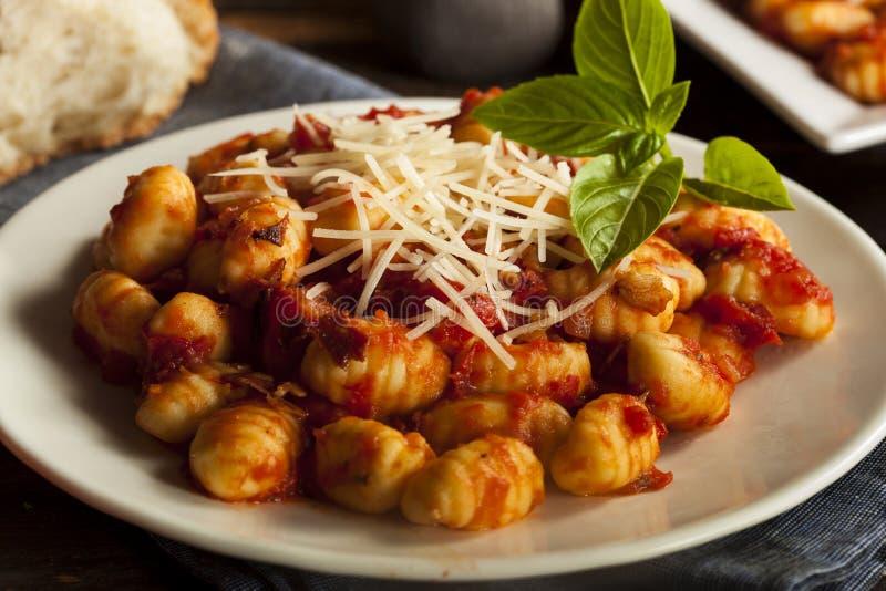 Gnocchi italiani casalinghi con salsa rossa fotografia stock