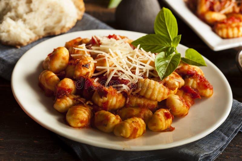 Gnocchi italiani casalinghi con salsa rossa fotografia stock libera da diritti
