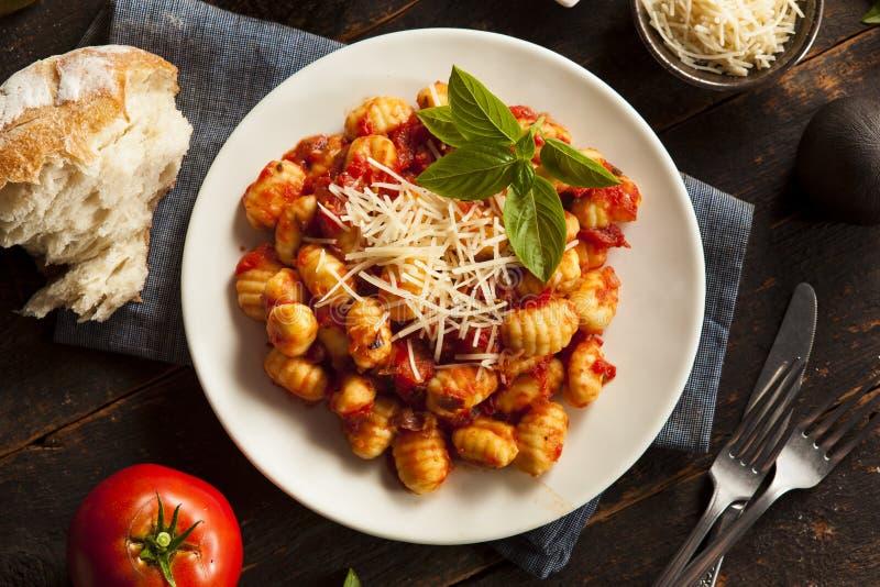 Gnocchi italiani casalinghi con salsa rossa fotografie stock libere da diritti
