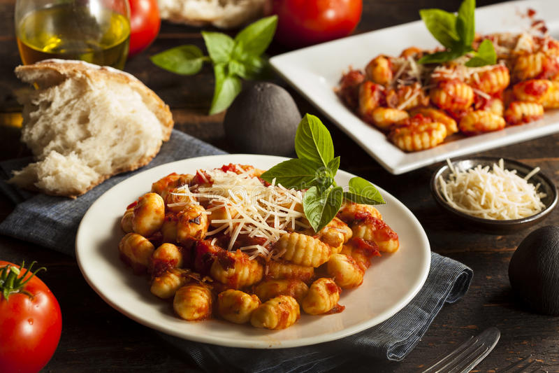 Gnocchi italiani casalinghi con salsa rossa immagini stock libere da diritti