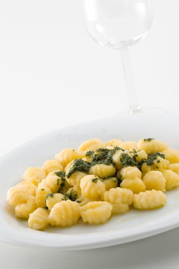 Gnocchi italiano com molho do pesto fotografia de stock