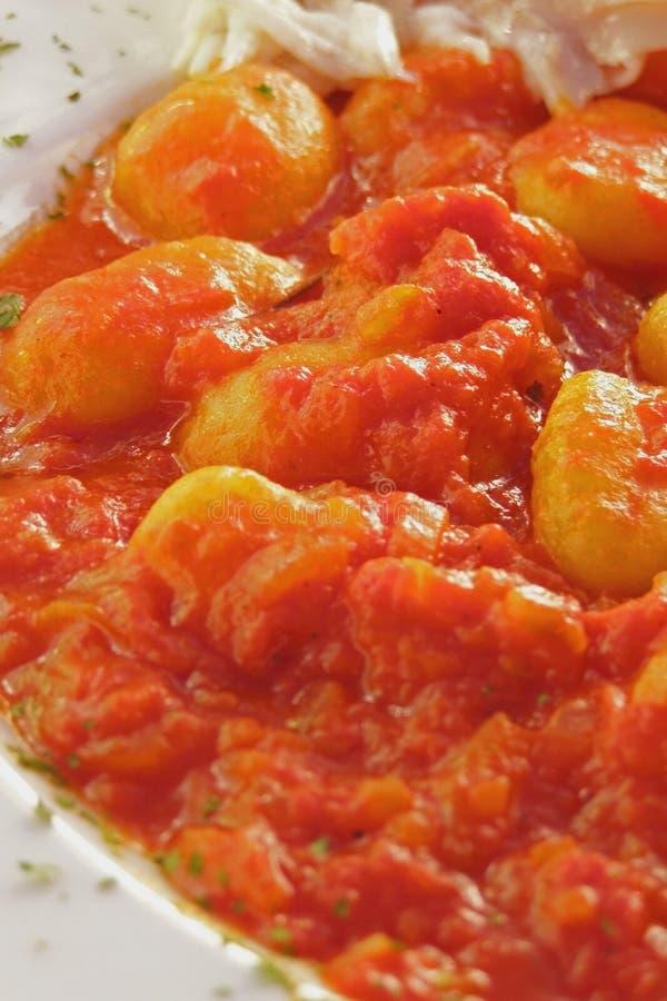 Gnocchi italiano de la patata con la salsa mediterránea imágenes de archivo libres de regalías