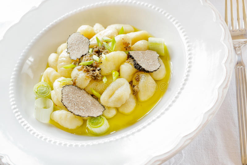 Gnocchi italien à l'oignon et à la truffe images stock