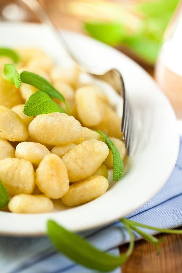 Gnocchi italien avec la sauge image stock