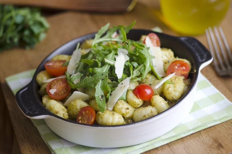 Gnocchi med Pesto fotografering för bildbyråer