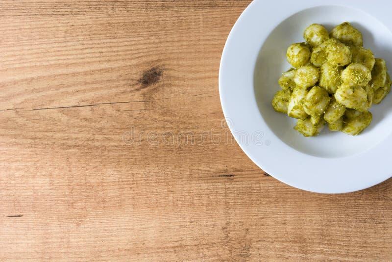 Gnocchi med pestosås i platta på trätabellen Top beskådar arkivfoton