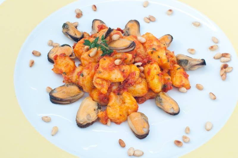 Gnocchi med tomatsås med musslor royaltyfri foto