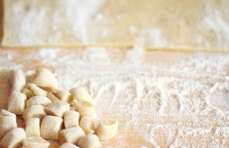 Gnocchi op een houten hakbord, verse klaar voor het koken stock afbeelding