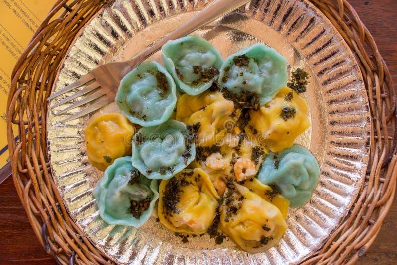 Gnocchi in piatto con la forcella Alimento tradizionale ucraino Gnocchi variopinti Cucina russa Pasta con burro e salvia fotografia stock libera da diritti