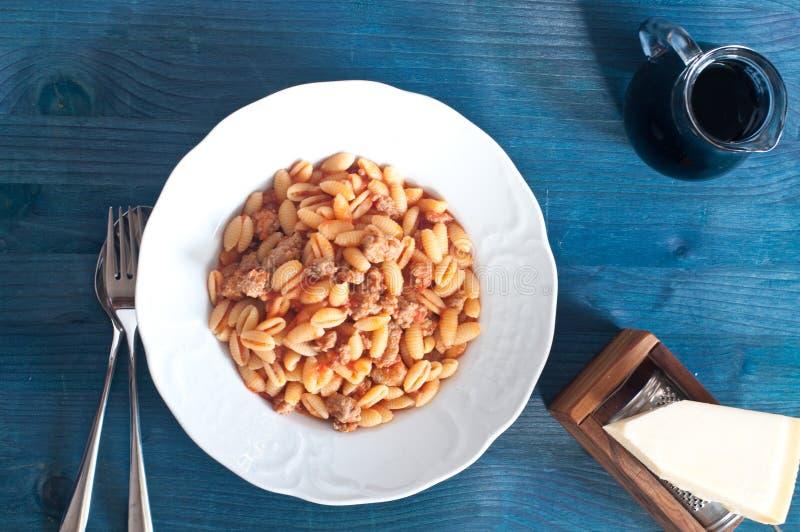 Gnocchi sardi, Malloreddus, con pomodoro e salsiccia fotografie stock libere da diritti