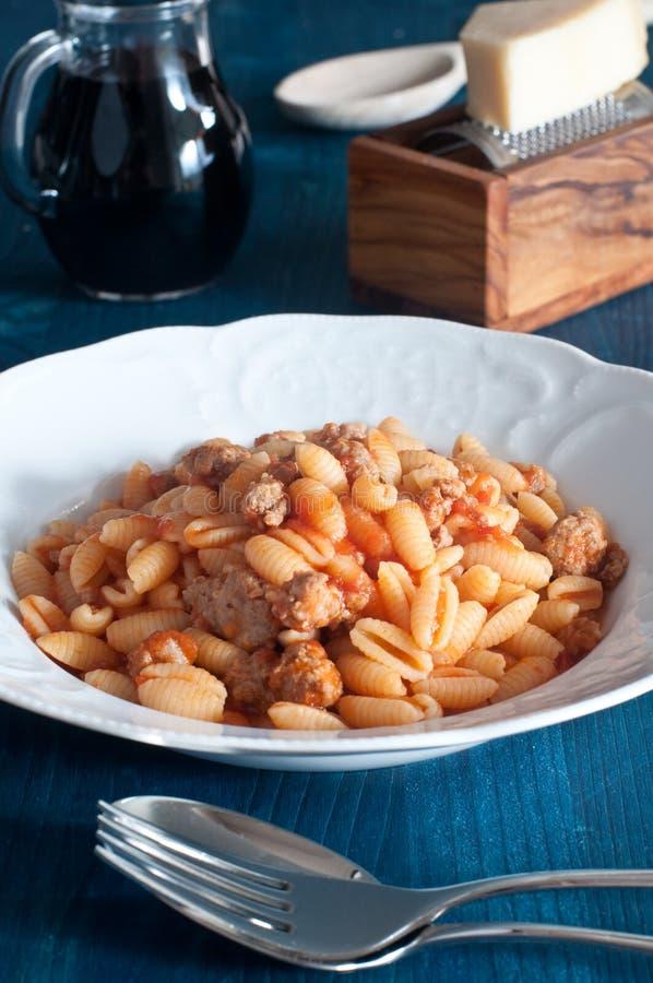 Gnocchi sardi, Malloreddus, con pomodoro e salsiccia immagine stock libera da diritti
