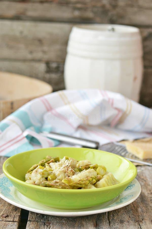 Gnocci com aspargo. foto de stock royalty free
