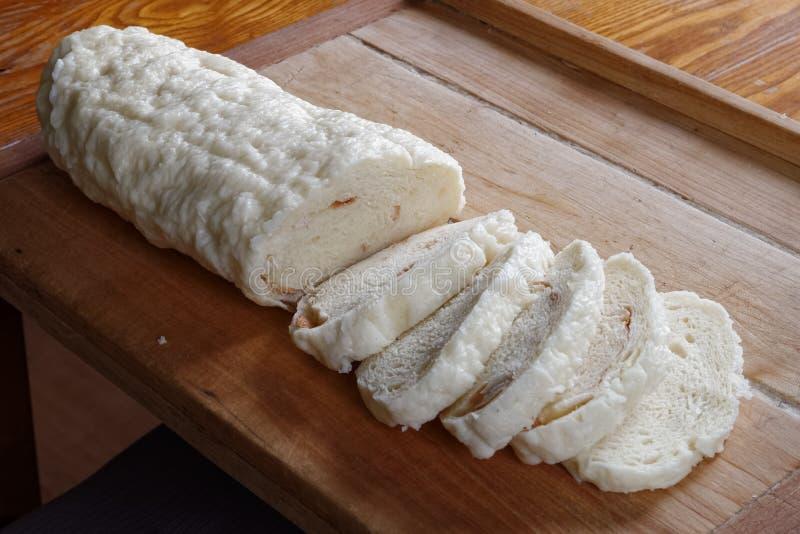 Gnocco della Boemia di recente cucinato ed affettato del pane su legno rustico immagine stock