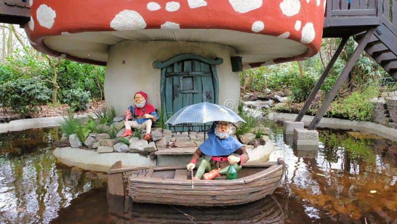 Gnomchampinjonhus i skog i themepark som efteling arkivfoto
