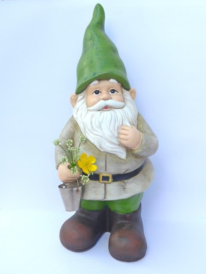 Gnome de jardin avec un chapeau vert images libres de droits