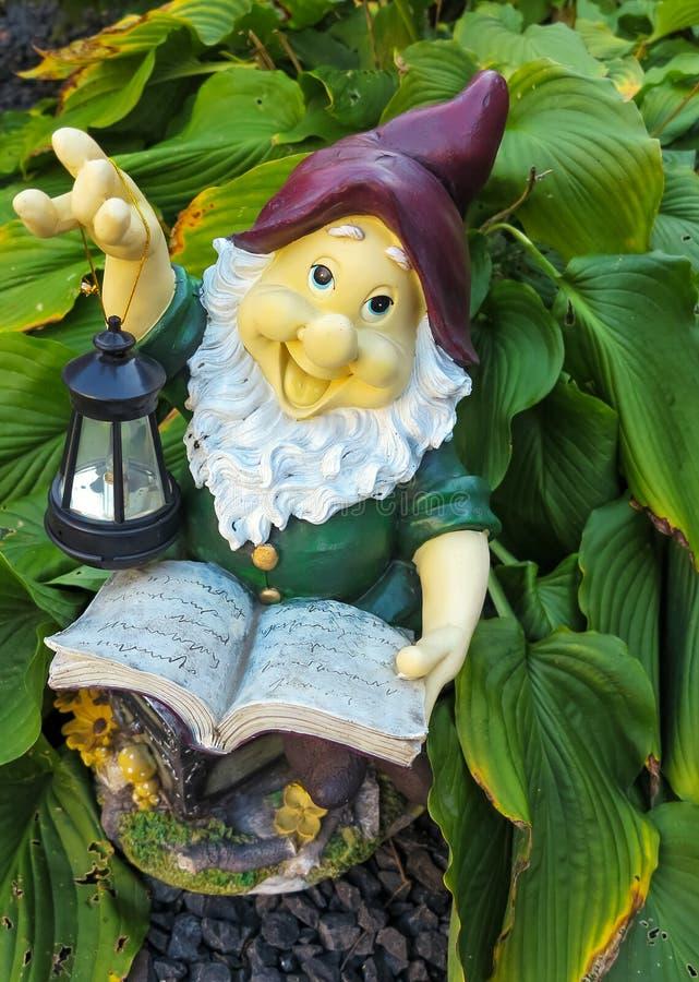 Gnome de jardin de Fanny lisant un livre image libre de droits