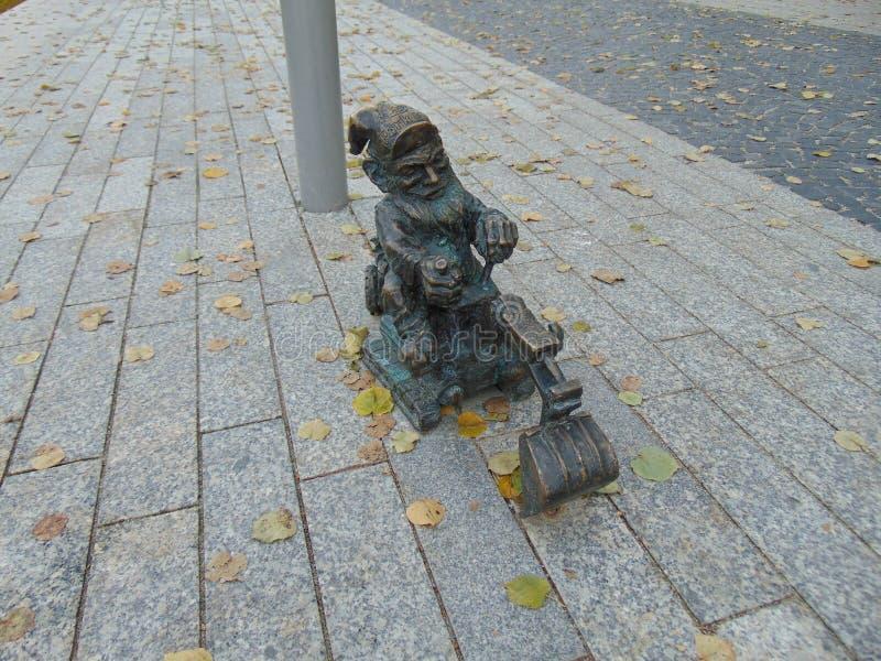 Gnome sur un bêcheur photo stock