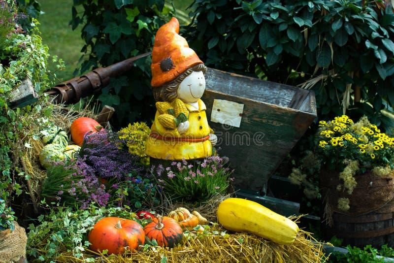 Gnomo del jardín y calabazas maduras foto de archivo